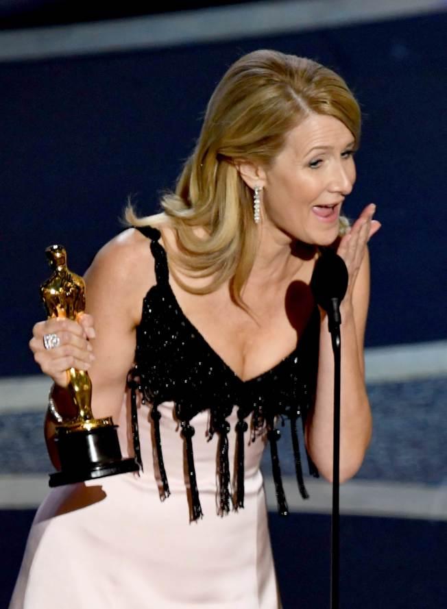 蘿拉鄧開心拿下最佳女配角獎。Getty Images