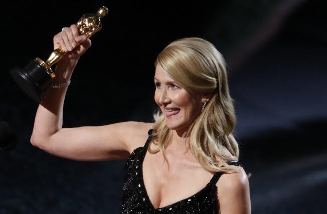 蘿拉鄧開心拿下最佳女配角獎。路透