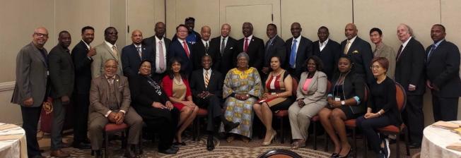 世界市長會議主要理事成員及與會貴賓合影,後排左七為駐邁經文處長錢冠州。(孫博先提供)