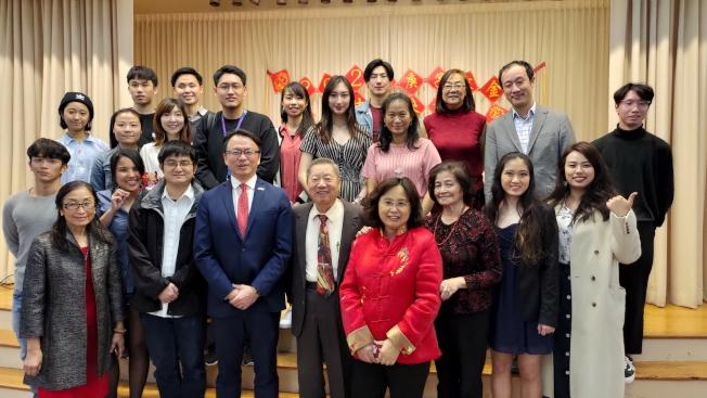 甘城中文學校、佛羅里達大學台灣同學會成員及出席嘉賓合影。前左四駐邁經文處長錢冠州。(孫博先提供)