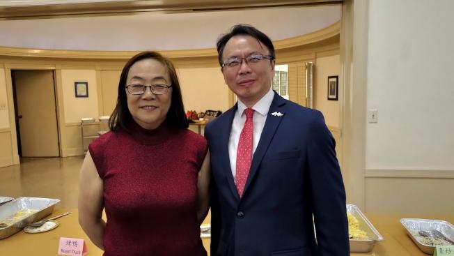 甘城中文學校校長楊美智(左)與駐邁經文處長錢冠州(右)合影。(孫博先提供)