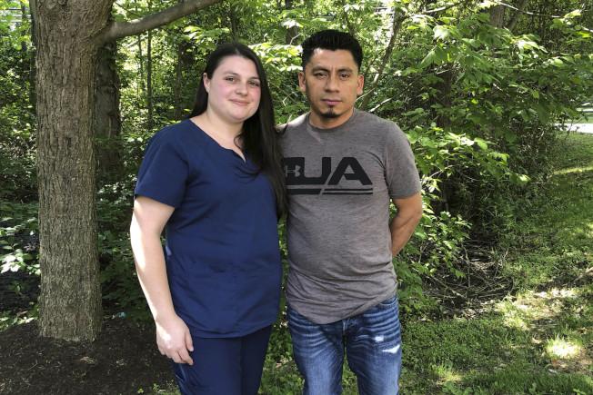 宏都拉斯移民桑契斯(右)2005年在缺席審判接到驅逐令,2013年與美國公民艾莉絲(左)結婚,去年5月與妻子在巴爾的摩接受移民官面談後遭到收押。他在六周後因ACLU要求法官緊急下令防止他遭到驅逐而獲釋。(美聯社)