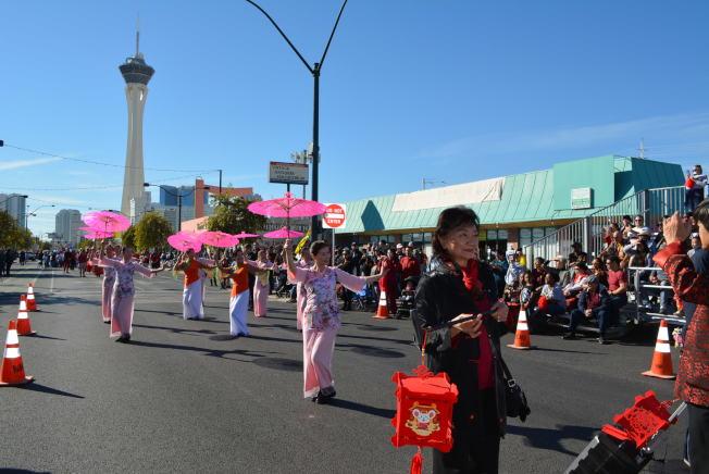 第九屆「沙漠中國新年」( CNY In the Desert)大遊行,日前在拉斯維加斯城中區藝術重點區的緬因街(Main Street)舉行。圖為華人中心舞蹈團表演竹傘舞。(記者馮鳴台╱攝影)
