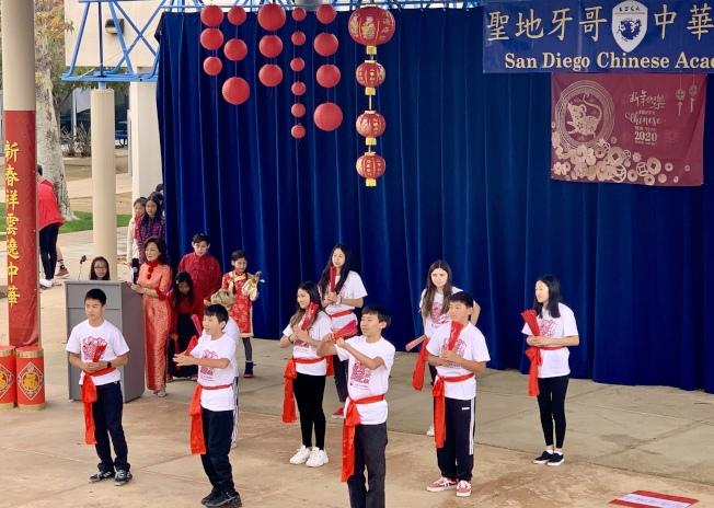 聖地牙哥中華學苑日前舉行32周年校慶暨春節園遊會。圖為「生僻字」與中國武術結合的表演。(記者陳良玨╱攝影)