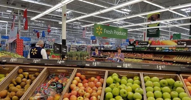 根據《消費者報導》雜貨商店調查,沃爾瑪在「最佳生鮮蔬果產品商店排名」敬陪末座。(取自推特)