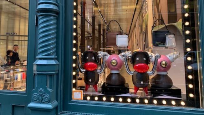 義大利時尚品牌普拉達(Prada)2018年推出商品,其中一個角色有著誇張的大紅唇和滑稽的黑臉,引發眾怒。圖為這些商品曾在紐約蘇活區Prada店面櫥窗展示。(取自推特)