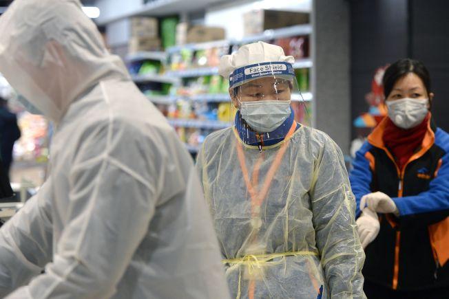 疫情後,中國各地物價出現上漲現象。圖為重疫區武漢市民10日帶著口罩出門,到超市購買生活必需品。(Getty Images)