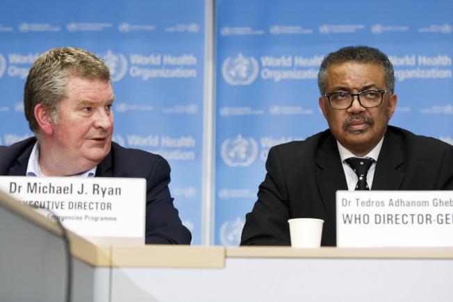 世衛組織書譚德塞(右)10日在瑞士總部的記者會上表示中國新型肺炎傳播情況依然嚴峻。世衛組織的專家代表團已抵達北京展開考察。(美聯社)