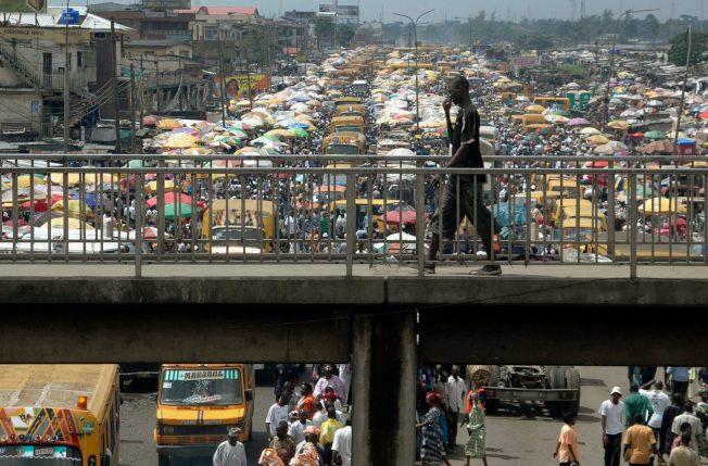 拉哥斯超過2000萬的爆量人口,快速都市化與繁忙壅塞的交通,讓塞車早已成為拉哥斯人痛苦又麻痺的日常光景。(路透)
