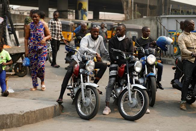 「計程摩托車」成為拉哥斯最受歡迎的交通工具,但伴隨摩托車潮衍生的交通與治安問題,卻讓政府極為頭痛。(路透)