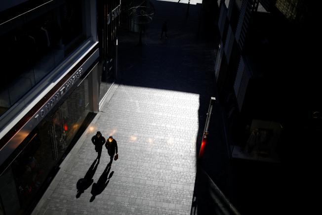 中國新冠肺炎疫情不斷,本月4日北京一處購物中心幾無人煙。路透