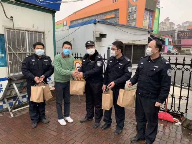 台青陳立軒(左二)每天製作100個便當,送給南寧一線交通執勤人員。圖/南寧台協提供