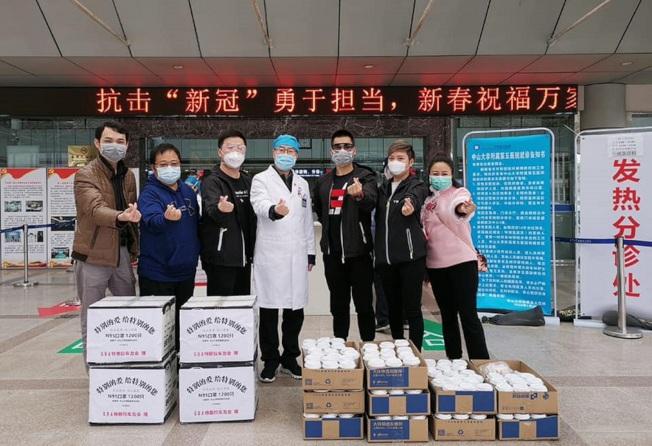 中山台青、杰克魔豆咖啡總經理王品杰(左二)與同事和車友共同捐贈170杯咖啡和1200個N95口罩,送至武漢一線的醫護人員。圖/王品杰提供