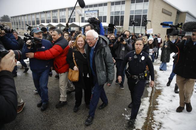 桑德斯(Bernie Sanders)與妻子也外出拉選票。(美聯社)