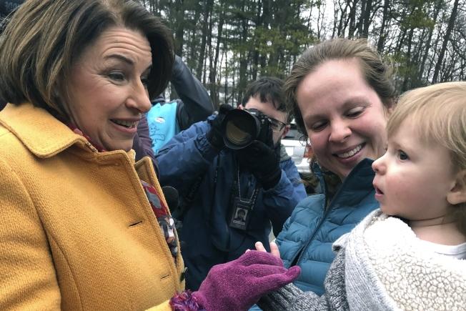 柯洛布查(Amy Klobuchar)在一個投票點外,與支持者見面。(美聯社)