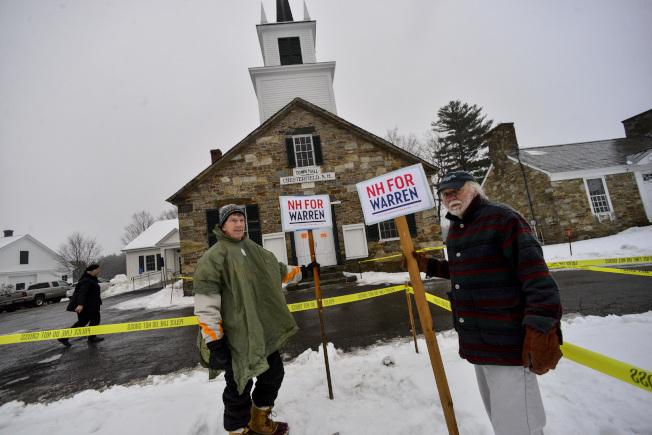 新罕布夏州初選當天有地區下雪,華倫(Elizabeth Warren)的支持者熱情不減,舉著支持標語。(美聯社)