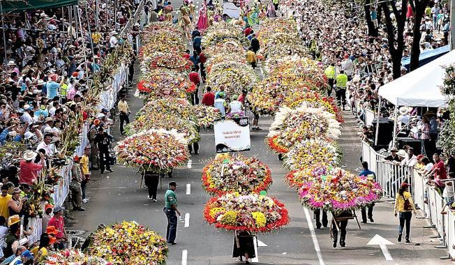 爭奇鬥艷的背花人遊行為您「花」現哥倫比亞。