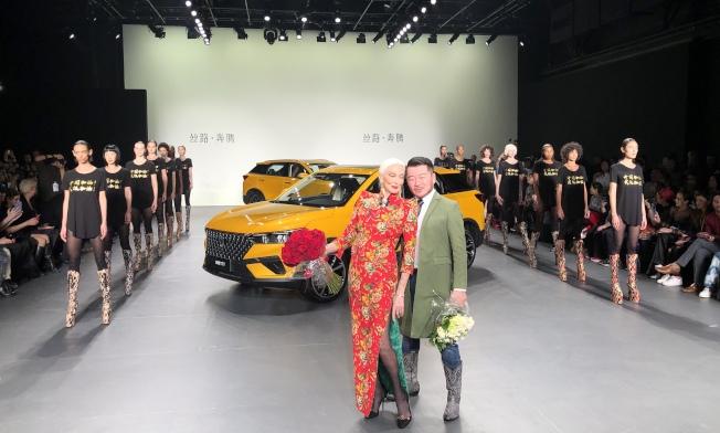 胡社光(右)和超模奧利菲斯上台謝幕,兩旁模特兒身穿「中國加油、武漢加油」的衣服。(記者顏嘉瑩/攝影)