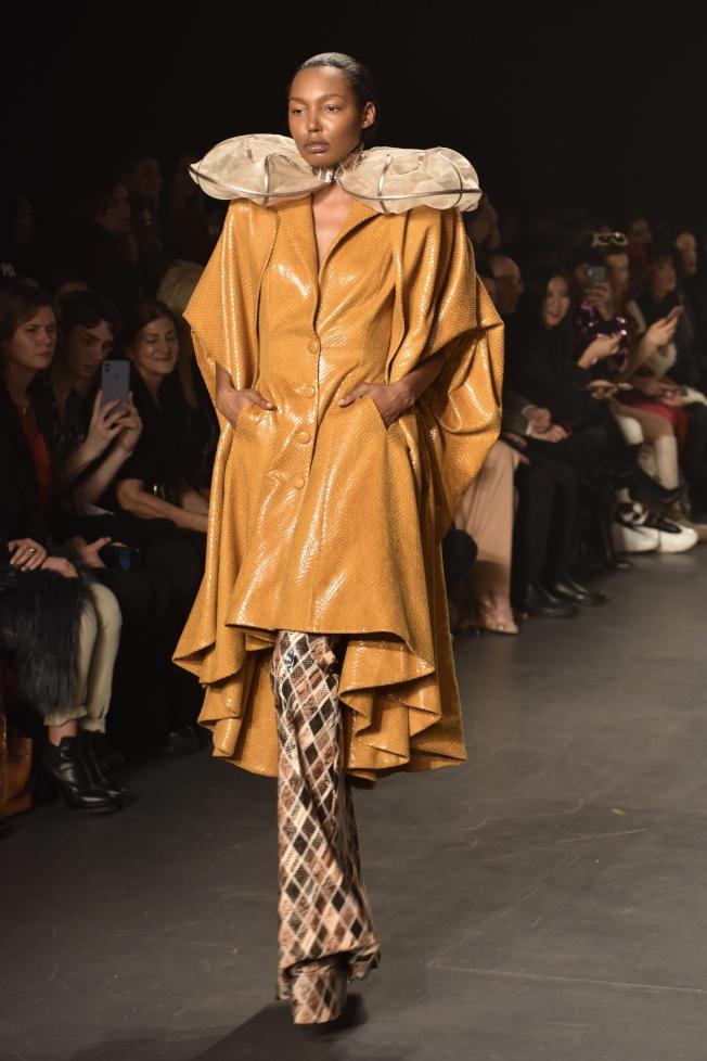 華裔時裝設計師胡社光與中國汽車品牌奔騰跨界合作,以「絲路·奔騰」為主題舉辦時裝秀。(記者顏嘉瑩/攝影)