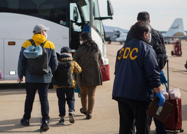 美國從武漢撤回的部分僑民登車準備進行隔離。(Getty Images)