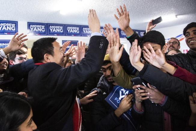 楊安澤的形象清新,受到選民歡迎。圖為他與愛阿華州支持者擊掌。(美聯社)