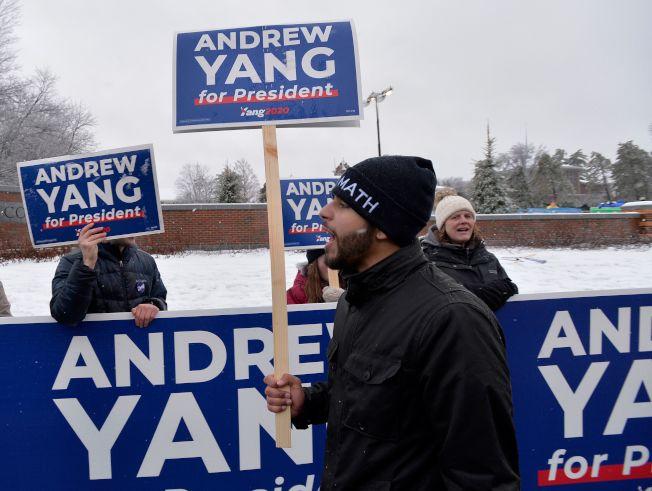 楊安澤的政見號召了一批自稱「楊幫」的支持者,圖為新罕州的楊幫冒者大雪支持楊安澤。(Getty Images)