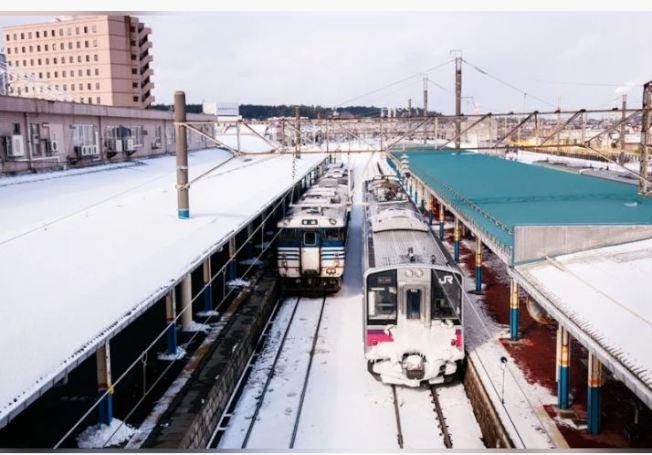 日本一名列車長在月台上被丟包,他搭小黃急追特快車。(取材自Ingimage)
