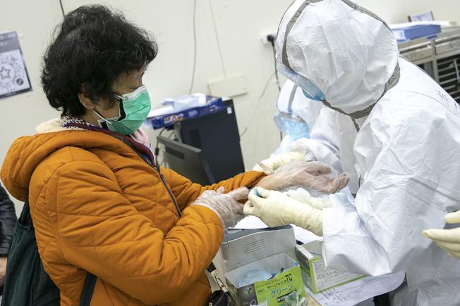 老年人免疫力下降,較容易被病毒感染。(新華社)