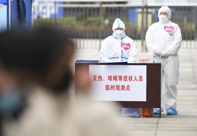 重慶萬州北站進站口附近設立發熱、咳嗽等症狀人員臨時觀測點。(新華社)