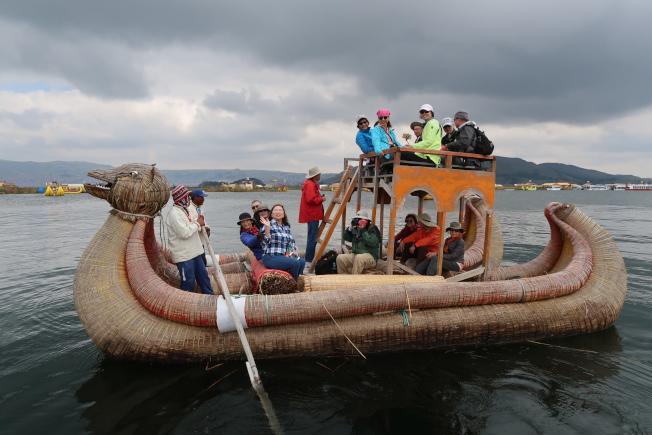 滴滴喀喀湖的香蒲草觀光龍舟。(圖由作者提供)