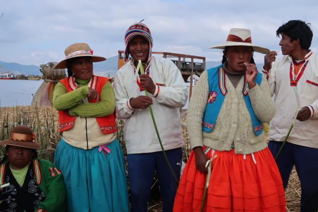 滴滴喀喀湖的烏魯族人剝開香蒲草外皮即食,香蒲草狀似台灣的茭白筍,清脆爽口。(圖由作者提供)