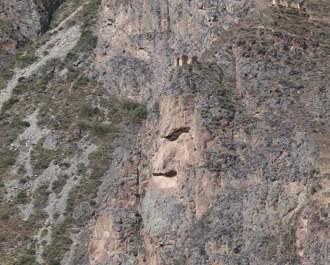 秘魯llantaytambo鎮印加神廟遺址對山的岩石狀若西班牙入侵者。(圖由作者提供)