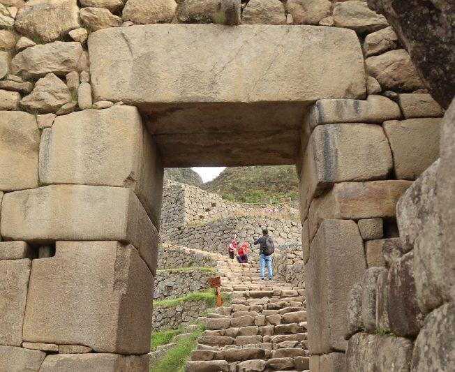 馬丘比丘是道道地地的石頭城,建築石塊的形狀、大小不一,卻是塊塊嵌合緊密,門洞也都故意設計成內傾梯形,以耐地震。(圖由作者提供)