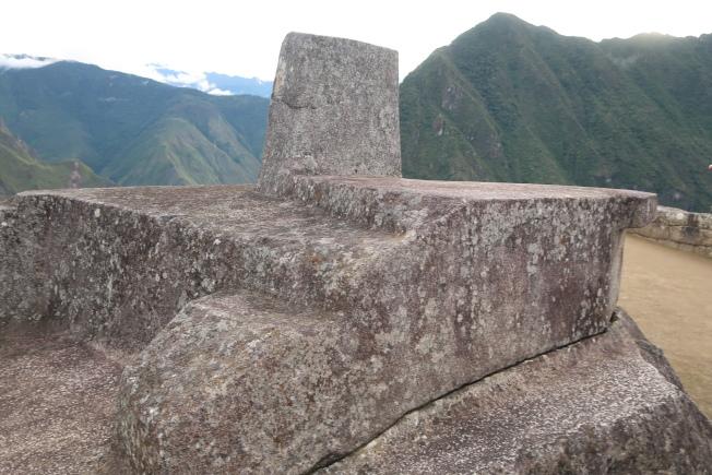 馬丘比丘山頂上的聖石Intihuatana。(圖由作者提供)