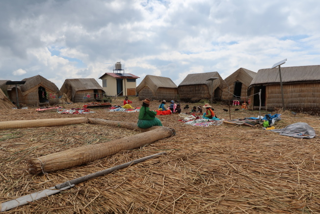 滴滴喀喀湖的人工浮島,是用香蒲草根糾纏包住泥巴為底,乾燥香蒲草鋪設構築而成,島上有茅草屋和廣場,居民和睦相處,猶如桃花源。(圖由作者提供)