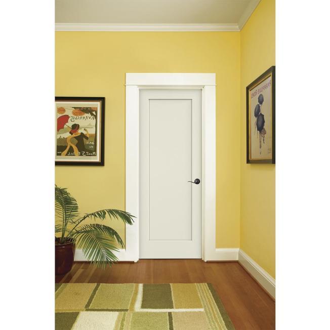 最百搭的顏色莫非白色,門、門框和踢腳線(baseboard)以及頂角線(crown molding)都選擇白色,不會太明顯也顯得乾淨簡單。(取自Lowes網站)