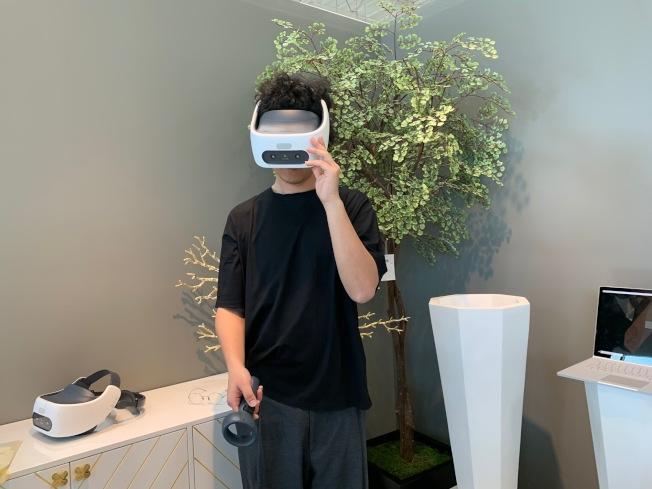 家裝設計也玩高科技,通過VR眼鏡(Virtual Reality)虛擬實鏡室內設計。(記者張宏/攝影)