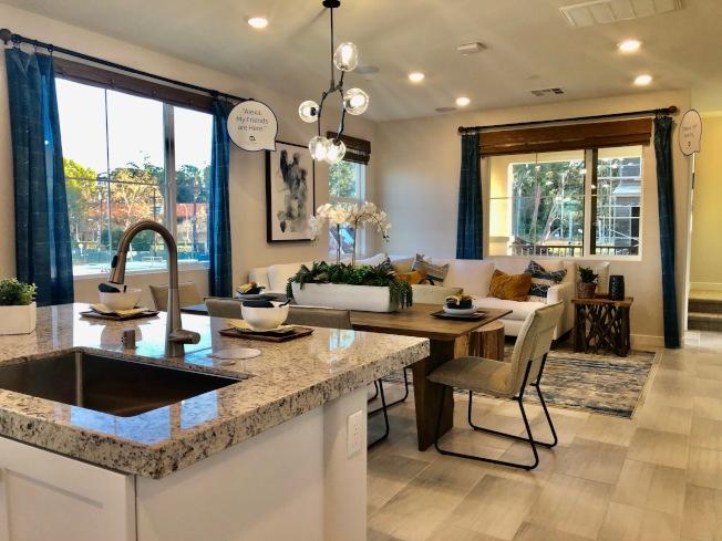 南加州新屋的室內設計大同小異,為節省空間,客廳、餐廳與廚房都是連為一體,但售價卻依地點不同而差別甚大。(記者胡清揚/攝影)