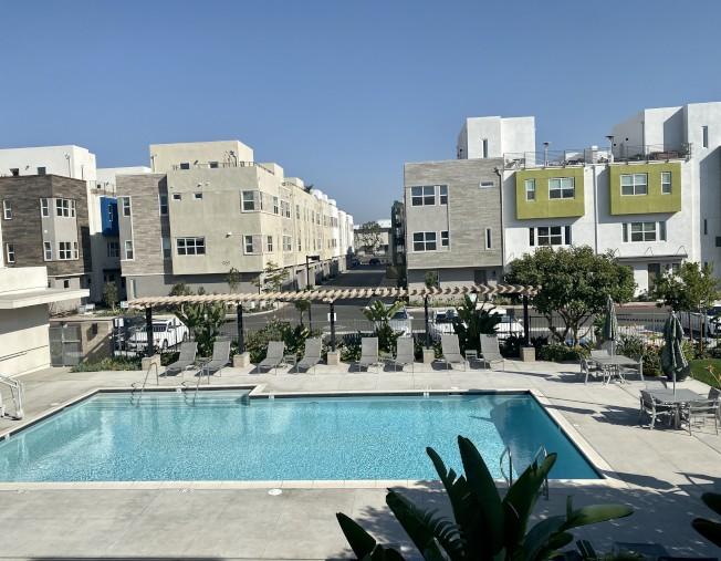 由建商Trumark Homes興建的橙縣安那罕(Anaheim)Lewis+Mason全新三層聯排別墅,2 至4臥,2.5 至3.5衛浴,室內面積1554至 2185平方呎,售價介於59萬4000元至75 萬7705元,華裔購屋人稱,其售價比爾灣類似新屋便宜得多。(本報檔案照)