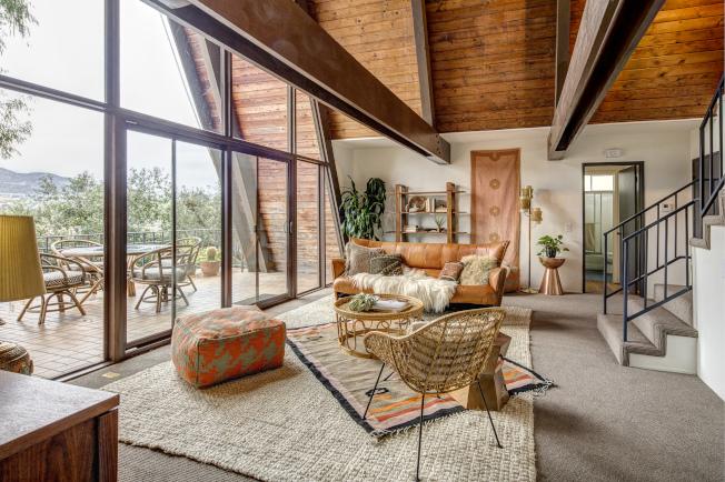 洛杉磯市新潮區(hip areas)─東北走廊(Northeast Corridor)的住宅房屋越來越極具現代設計感。圖中的尖頂屋於2017年以100萬元成交。(Deasy/Penner & Partners)