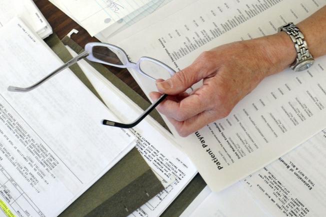 联邦一项调查发现,苦于支付医疗帐的家庭比率仅轻微下降。(美联社)
