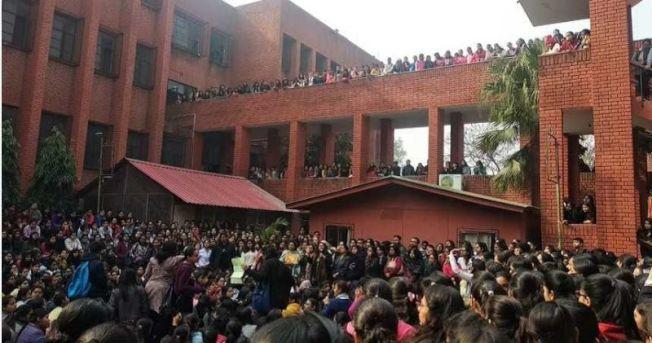 加爾基女子大學發生集體性侵暴行,警察冷眼旁觀引發眾怒。(取材自推特)