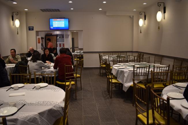 华埠篁上篁餐厅在中午用餐时间,全餐馆20桌大约只有五桌客人用餐。(记者颜嘉莹/摄影)