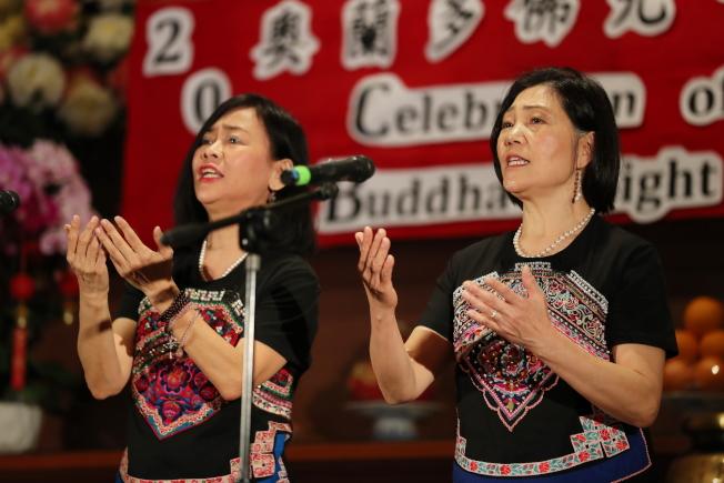 奧蘭多佛光合唱團新春音樂會女聲二重唱「祈願觀世音」,左林香吟,右馮璐雅。(Ricardo Ramirez/攝影)