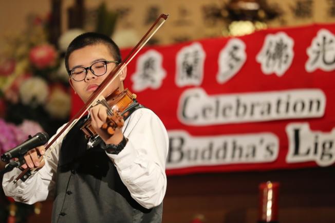 奧蘭多佛光合唱團新春音樂會中,張靖麟拉小提琴,與楊劍萍的琵琶合奏「鴻雁」。(Ricardo Ramirez/攝影)