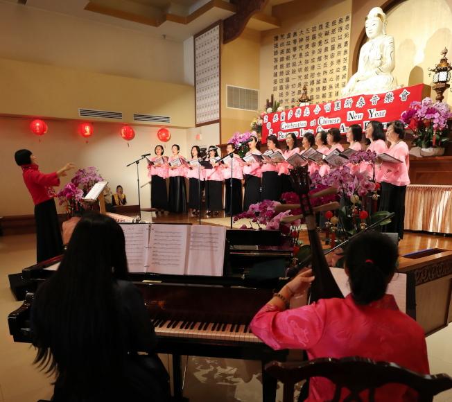 奧蘭多佛光合唱團新春音樂會現場一景,前右為鋼琴及琵琶伴奏。(Ricardo Ramirez/攝影)