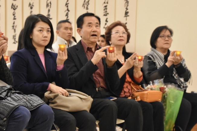 左起:駐邁經文處僑務秘書吳佩芬、僑務委員王成章、蔡麗麗夫婦參加奧蘭多佛光合唱團新春音樂會,一起祈福。(奚瑞克/攝影)
