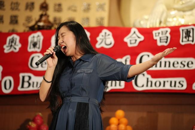 奧蘭多佛光合唱團新春音樂會陳思緣女聲獨唱「一百萬個夢」。(Ricardo Ramirez/攝影)
