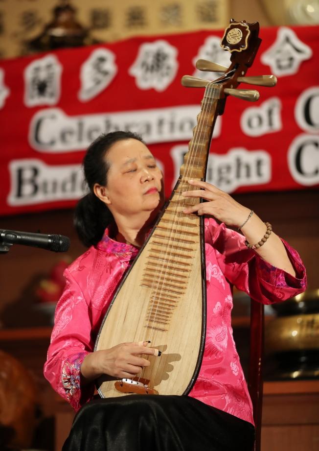 奧蘭多佛光合唱團新春音樂會,楊劍萍琵琶獨奏「十面埋伏」。(Ricardo Ramirez/攝影)