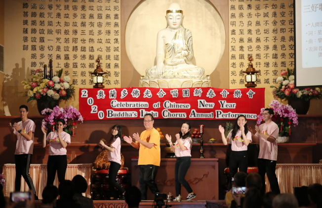 奧蘭多佛光合唱團新春音樂會鄧志安 (前黃衣者)與青年以律動舞方式表演「三好歌」。(Ricardo Ramirez/攝影)